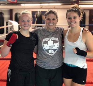 Cecilie Kølle (tv), Jill Perry - Cecilies træner og Emilia Dermott (th), der også træner i samme klub.