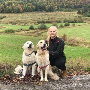 Cecilie Kølle bor hos sin træner i Ottawa. Her er hun ude og gå tur med trænerens to hunde.